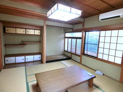 1階和室。天袋・地袋・床の間や南には広縁もある落ち着いた空間となっています。