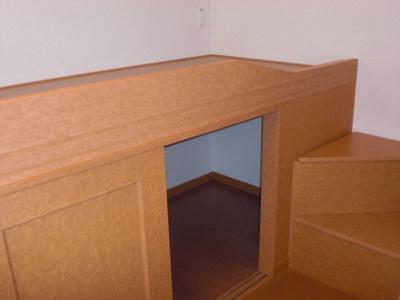 ベッド下と横の階段は収納スペースになっています。