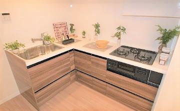 家事動線の良いL字型システムキッチン 食後の後片付けに便利な食洗機 標準装備です