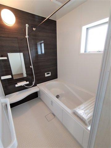 使いやすい3面鏡付洗面台。鏡裏の収納スペースには細々した洗面用品などの収納に。朝の支度がスムーズ♪