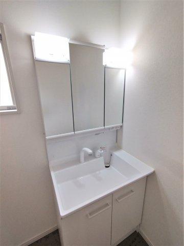 2F洋室。ウォークインクローゼット付き。収納と居室の区切りがついて空間を広々使うことができます♪