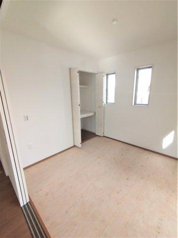 5.2帖の洋室には大容量収納可能なクローゼット完備。子供部屋にピッタリです♪
