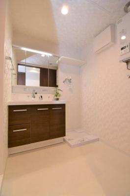 大きな鏡が特徴的な洗面台もあります。