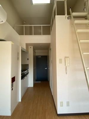 上にロフト、左側に電気温水器、キッチンです