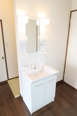 新品の独立洗面台あります。照明付きです