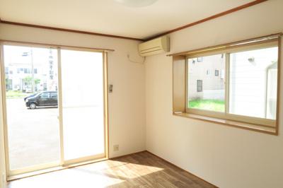 右側の6帖洋室は角部屋です