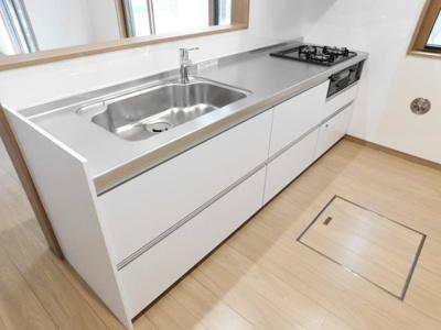 リビングが見渡せる対面式キッチン