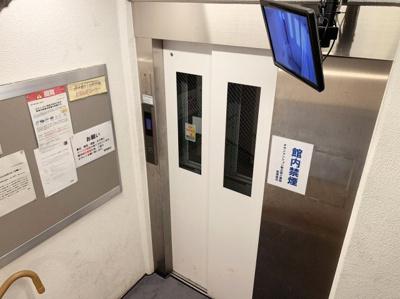 エレベーターです。内部が確認できるモニターの設備もあります。