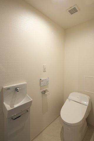 ウォシュレット付節水型トイレ。来客時にも便利な独立手洗い器付き