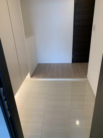 高級感ある床タイルの玄関です。玄関収納もしっかりあります