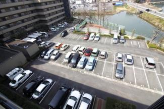 マンションからは木幡池が望めます。駐車場の空き状況は都度要確認です(現在空きなし)