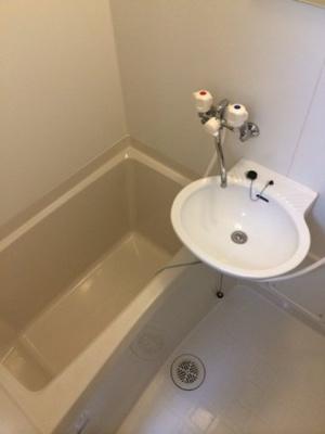 洗面台付きのお風呂です。