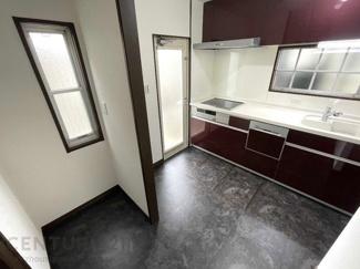 キッチン背面にはゆとりのスペースあり
