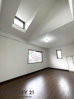 勾配天井、天窓付きの開放的な洋室です