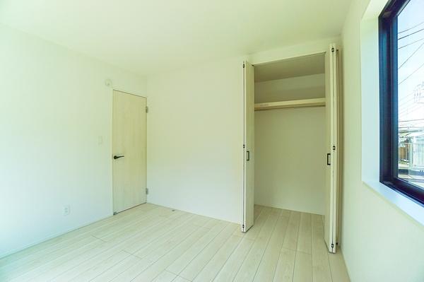 明るい洋室には屋根裏収納や大きなクローゼットもあるので収納にも困りません! 荷物が多いい方にも安心です。