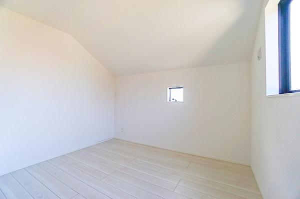 寝室にしてもよし!勉強部屋にしてもよしの洋室です。 落ち着きのある空間。