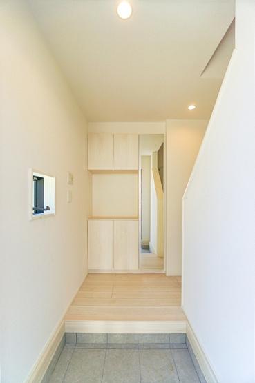 収納豊富な玄関です。 この明るい玄関が気持ちよく家族を迎え入れます。