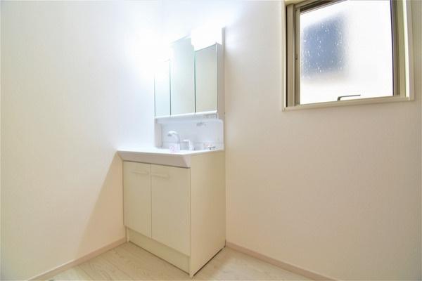 同仕様の三面鏡付き洗面化粧台です。 収納もしっかりとあります。
