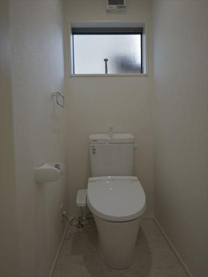 2階トイレです(洗浄機能付き)。