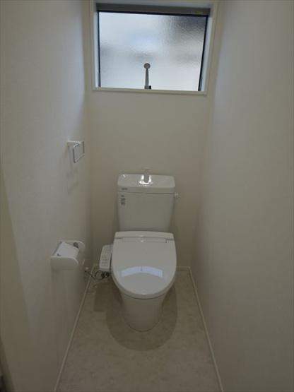 1階トイレです(洗浄機能付き)。