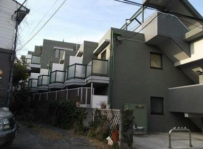 閑静な住宅街に位置し、住環境良好。