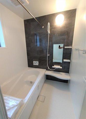 デザイン性に優れた浴槽でゆったりとしたバス。ベンチ付きなので半身浴も楽しめます。窓があるので換気◎