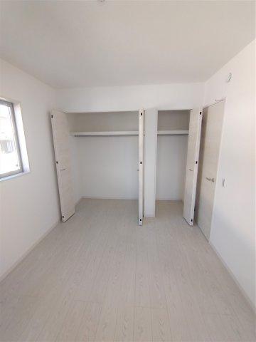 光が入る明るい洋室。全居室収納付き!洋服やバックなどスッキリ収納できます♪荷物の多い方にオススメ