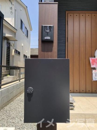 訪問者を画像と音声で確認できる、防犯性に優れた安心のシステム。スッキリデザイン。誰でも簡単に操作可。