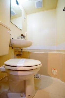 「バストイレ同室です。お掃除が1度に済みます。」