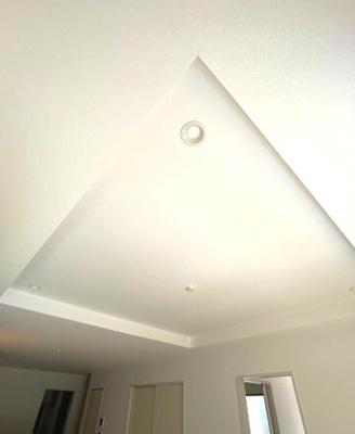 リビングは折り上げ天井で開放感のあるお部屋となっております。