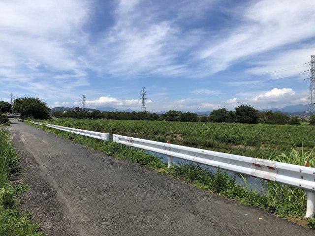 近くには渋田川の美しい景観が広がっています。