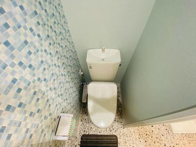 人気のシャワートイレ・バストイレ別です♪壁紙はオシャレなデザインクロス☆トイレットペーパーなどの小物を置ける棚付きです♪