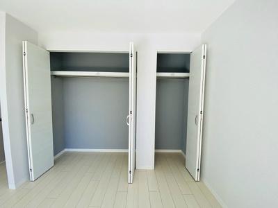 リビングダイニングキッチンにあるクローゼット2ヶ所です!お洋服をたくさんお持ちの方でも安心の収納力です◎