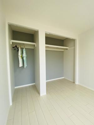 洋室6帖のお部屋にあるオープンクローゼットです!奥行きのある収納スペースで荷物の多い方も安心!