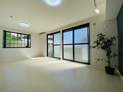バルコニーに繋がる南東向き角部屋二面採光15帖のリビングダイニングキッチンです♪シックなデザインクロスとオシャレなスポットライトが魅力的です◎
