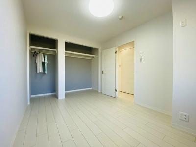 オープンクローゼットのある洋室6帖のお部屋です!荷物を収納できてお部屋がすっきり片付きます◎