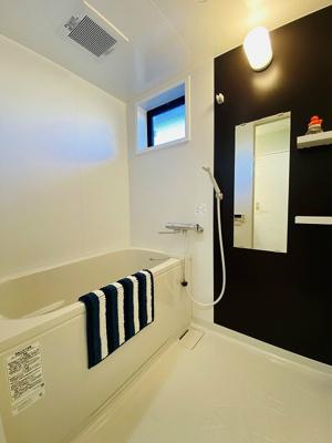 追い焚き機能付きのバスルーム♪浴室には窓があるので湿気対策OK!お風呂に浸かって一日の疲れもすっきりリフレッシュ♪