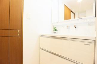 洗面化粧台です♪鏡は三面鏡です!鏡の後ろは小物収納になっております!