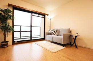 南向きバルコニーに面した明るく開放的な室内です♪物件内の設置家具は一式ご購入も出来ます。一式:20万円(税込)