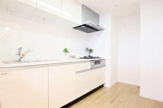 新品のシステムキッチンです♪白色を基調とした洗練されたキッチンです!お料理も楽しくなりますね(^^)