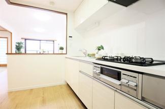 新品のシステムキッチンです♪横にはカウンターも有り、お料理を運ぶのに便利ですね(^^)