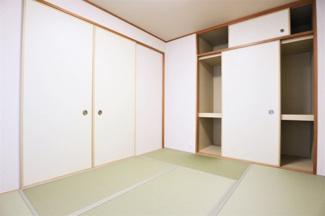 足を伸ばして寛げる和室6帖です♪大きな押入れも有り、収納力がございます!お客様部屋として・小さなお子様の遊びスペースとしても活躍してくれる居室です!