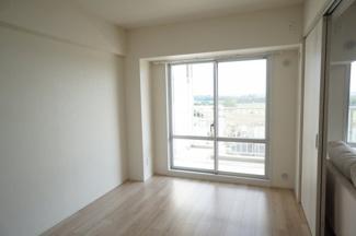 バルコニーにつながる洋室は大きな窓で、布団の出し入れにも引っかかりません