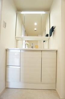 白を基調とした明るい洗面台です