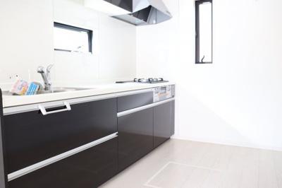 (同仕様写真)使いやすいキッチンはお手入れ楽々でシンプル設計。収納力もあるので調理器具も棚にスッキリ。