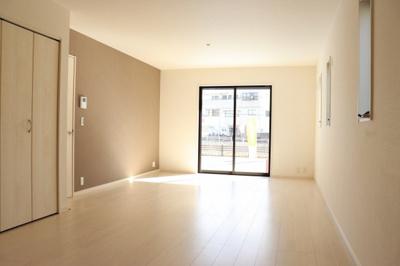 (同仕様写真)大きな窓から日差しが入り、明るい空間造りがなされている16.5LDK。シンプルな色合いで家具やカーテンの色合いを選びません。4面採光で明るいです!