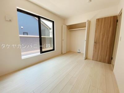 (同仕様写真)3階に2部屋。1階に居室活用可能な8帖納戸を確保。日当たり良好。シンプルな色合いだから家具やカーテンの色合いを選びません。