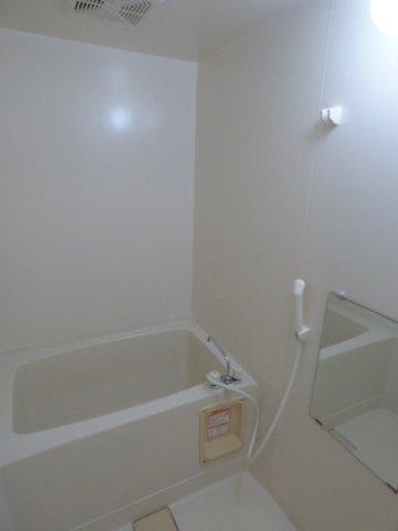 浴室には鏡が付いています
