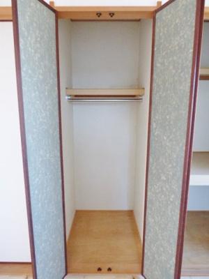 両開きの収納はハンガーパイプがあり、普段着をかけられます! ※掲載画像は同タイプの室内画像のためイメージとしてご参照ください。