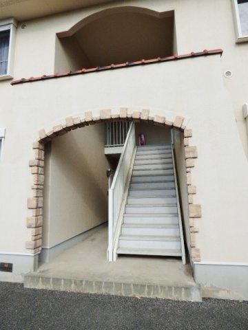 共用階段には屋根があります。洋風のアーチもオシャレですね♪